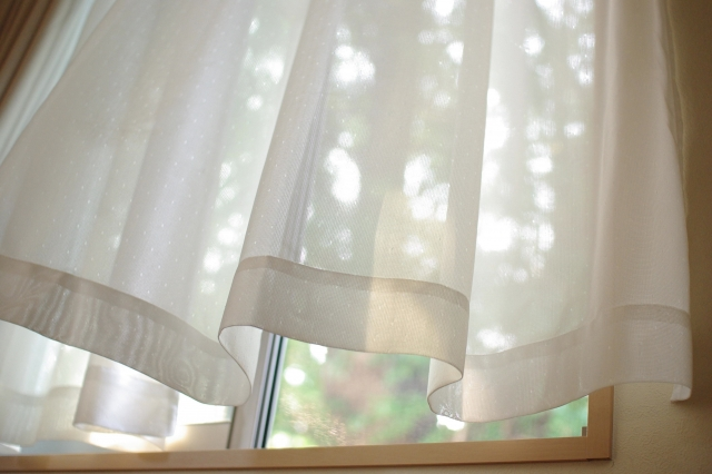 紫外線をカットできるカーテンをつける